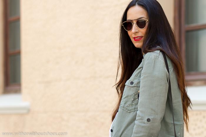 BLogger influencer embarazada con Look comodo con Aire militar camisa manchas pintura