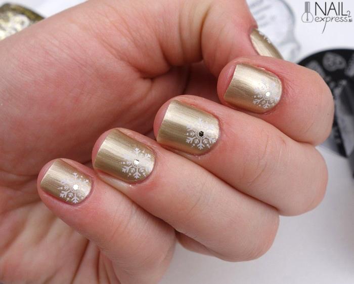 Zlato-bela manikira s snežinkami