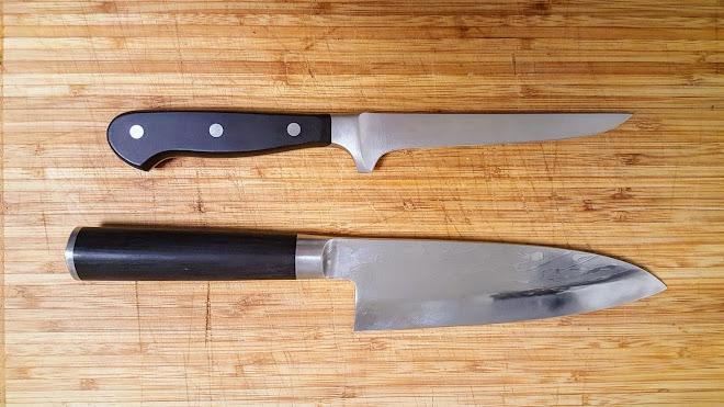 Couteau désosseur occidental et couteau Deba japonais.
