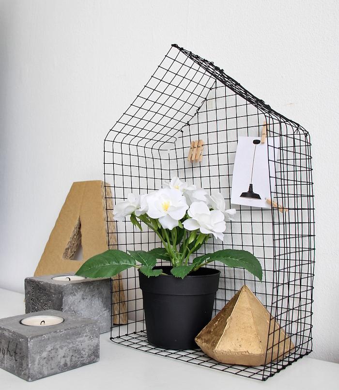 DIY Casita metálica sobre cómoda. Objeto decorativo de estilo nórdico