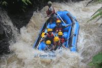 wisata arung jeram di sungai kalibaru bogor