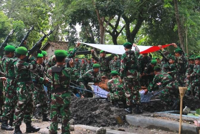 Dandim Pimpin Upacara Pemakaman Danramil 0805/11 Widodaren, Ngawi