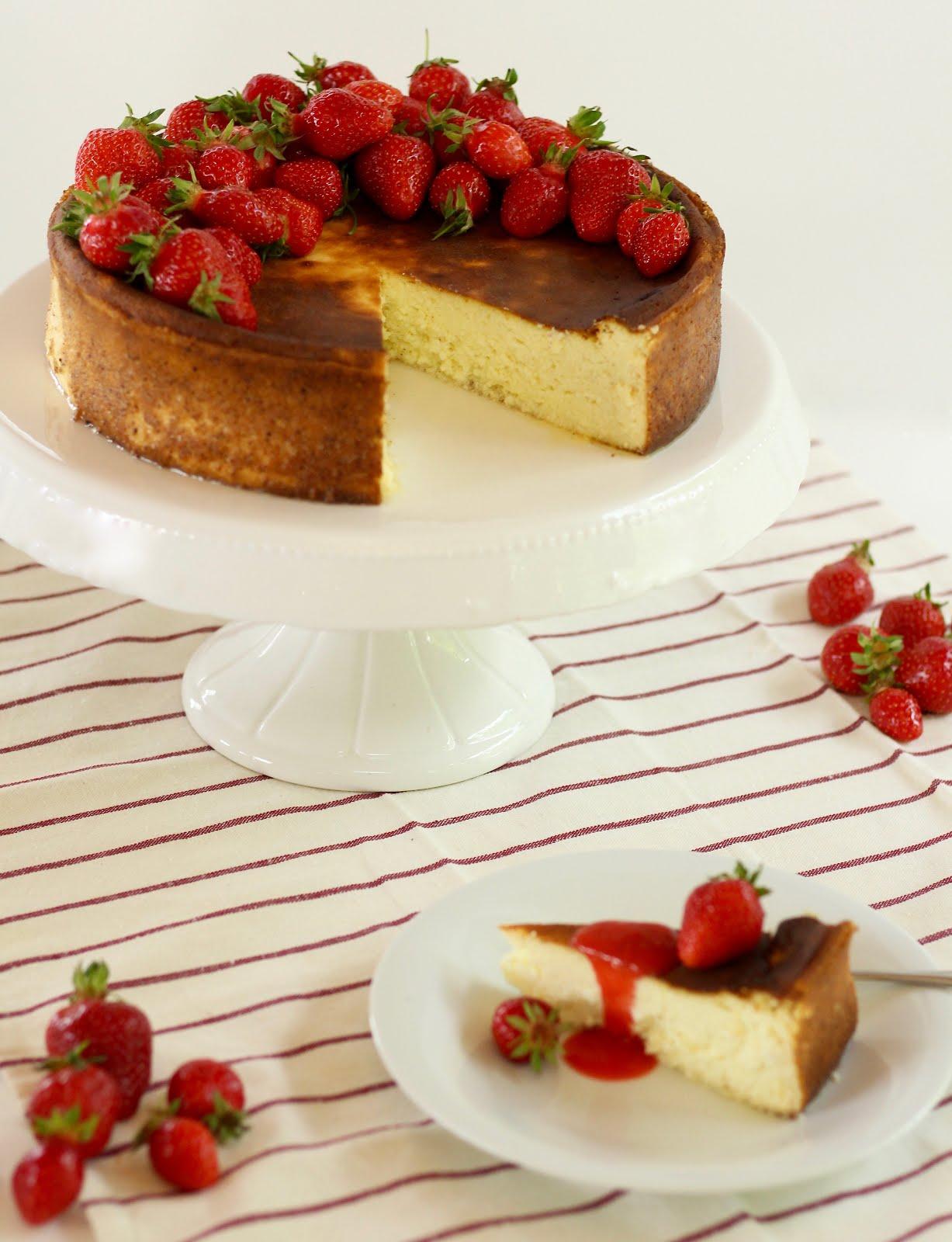 Blitzschneller, cremiger Käsekuchen ohne Boden mit Erdbeersauce | Rezept und Video