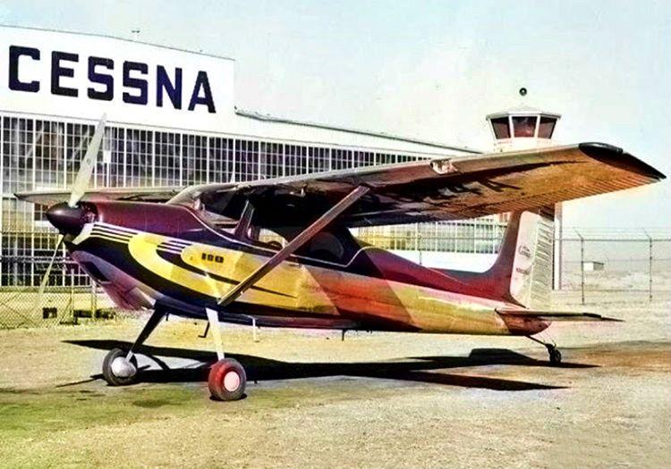 Tek motorlu eski pervaneli bir uçak son derece ilkel uçuş manevralarına sahipti.