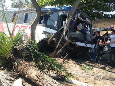 Ônibus de Tutóia desgovernado arranca árvore e destrói praça na Avenida São Sebastião em Parnaíba