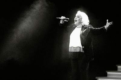 Η Μαρινέλλα ερμηνεύει το τραγούδι «Καμιά φορά» στη μουσική παράσταση «Μαρινέλλα - Ζαχαράτος στον καθρέφτη του Παλλάς» (Πρεμιέρα) στο Θέατρο «Παλλάς», στις 31 Δεκεμβρίου 2016.