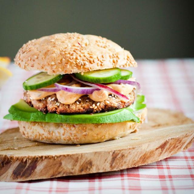 Burger z tuńczyka z avocado i majonezowym sosem