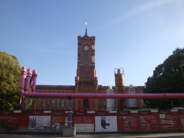 Curiosidades e mistérios de Berlim - tubulação suspensa rosa