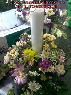 rangkaian bunga gereja dan bunga lilin untuk altar