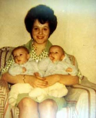 Bruce e Brian Reimer no colo da mãe.