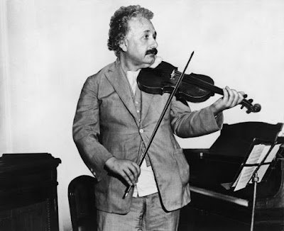 Вчений ніколи не розлучався зі своєю скрипкою і завжди брав її з собою в подорожі.