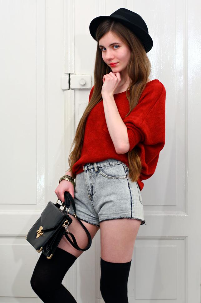 czarne zakolanówki stylizacja czerwony sweter
