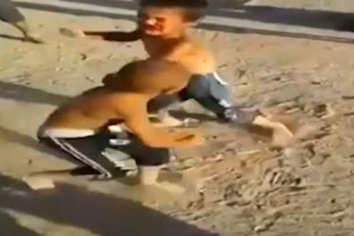 Σοκαριστικό βίντεο! Άγριο ξύλο ανάμεσα σε πιτσιρίκια - Ζητωκραύγαζαν οι μεγάλοι αντί να τα χωρίσουν