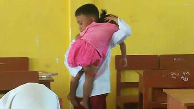 Viral Siswa SD Selalu Bawa Adiknya ke Sekolah, Guru Ungkap Kisah Sedihnya yang Bikin Terenyuh