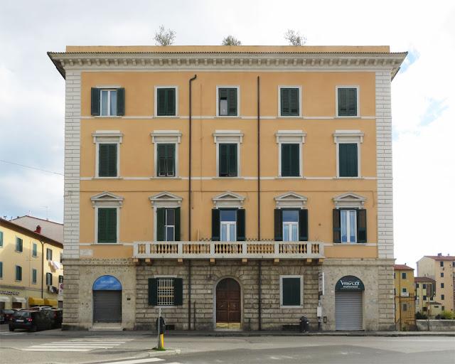 Building with a tentative roof garden, Piazza della Repubblica, Livorno