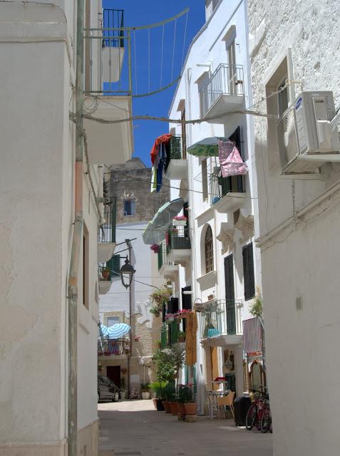białe fasady budynków, Monopoli, Apulia, co zobaczyć