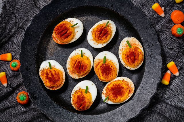 декор блюд на Хэллоуин, рецепты на Хэллоуин, Хэллоуин, праздничные блюда на Хэллоуин, рецепты, блюда из яиц,Hallows' Eve, All Saints' Eve, на Хэллоуин, идеи на Хэллоуин, еда на Хэллоуин, закуски на Хэллоуин, яйца, яйца фаршированные, яйца фаршированные на Хэллоуин, яйца с пауками, фарштровка яиц, пауки из маслин, страшные блюда на Хэллоуин, пауки, яйца с глазами, глаза, глазные яблоки на Хэллоуин,