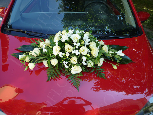 Esküvői autódísz, autódekoráció virágokból krém színben