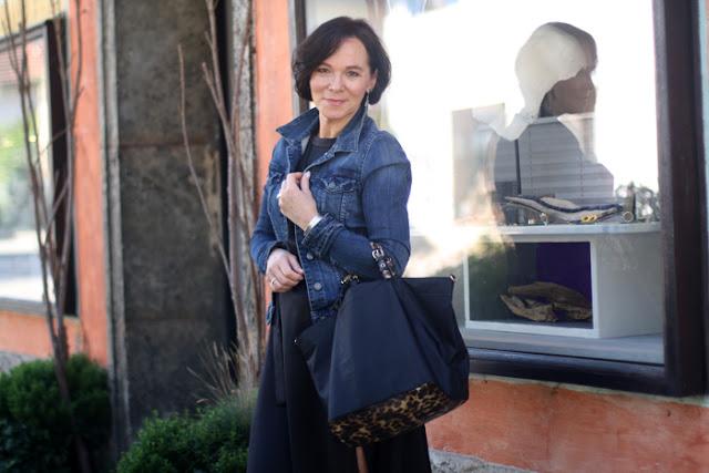 Женщина за 50 в джинсовой рубашке с сумкой с леопардовым принтом