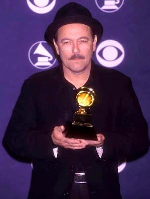 Foto de Rubén Blades con premio