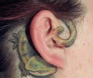 tatuaje oreja lagarto