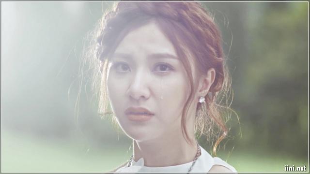 cô gái khóc vì tình buồn