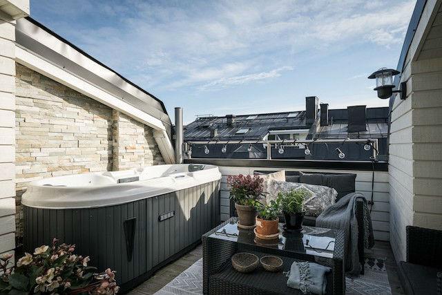 Pequeña terraza con bañera de hidromasaje