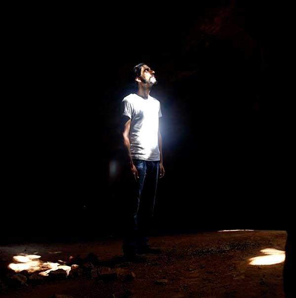 Mi hermano Diegosax iluminado por un rayo de sol en la cueva maya de Aktun Usil