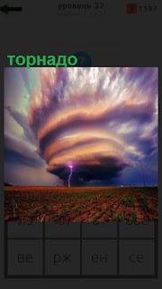 атмосферный вихрь торнадо над землей
