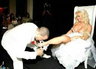 شاهد رجل أعمال لبناني يعري زوجته الجميلة من ملابسها في حفل زواجهم