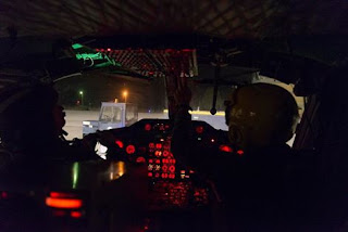 Δεξιά με τη κίτρινη κάσκα ο Κυβερνήτης του ελικοπτέρου, Υποπλοίαρχος Αναστάσιος Τουλίτσης, περίπου 24 ώρες πριν τη μοιραία πτήση