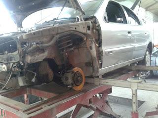 Aquí vemos que todavía no se ha retirado el sistema de amortiguación, el sistema de frenos, ni la mangueta de suspensión.