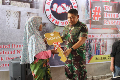 Panglima Kogasgabpad Serahkan Kunci Rumah Kepada Warga Lombok