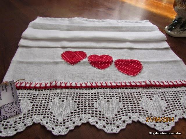 Pano de Prato com  Barrado em Crochê, Patch Aplique, Crochê filê, coração em crochê, croche, Barrado em Croche