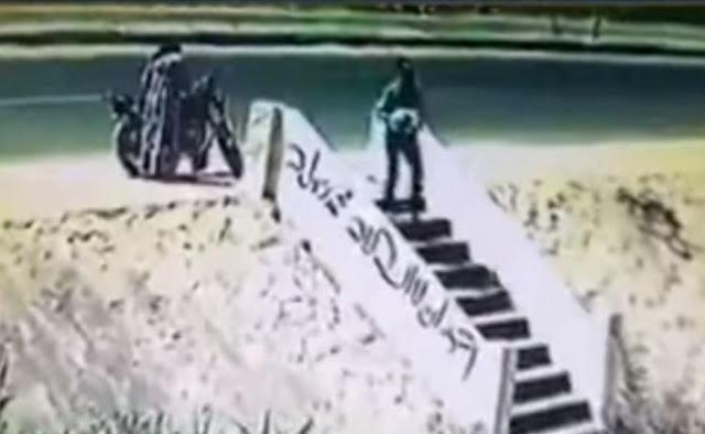 بالفيديو في مصر رجل وسيدة يلقيان رضيعا أمام مسجد في وضح النهار !!