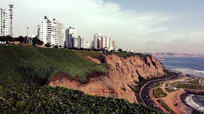El cielo encapotado es parte del paisaje en Lima.