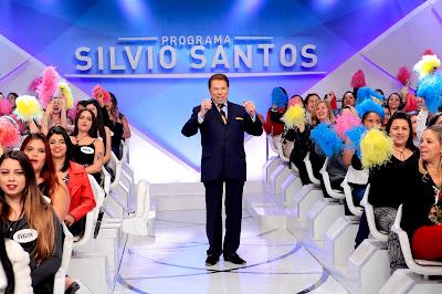 Silvio Santos com as colegas de auditório - Crédito da foto: Lourival Ribeiro/SBT