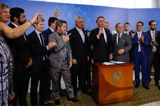 Decreto dá direito a porte de armas a políticos e jornalistas