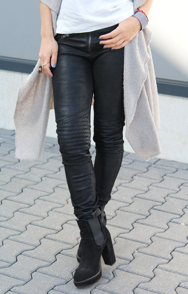 the classy factory Look, black biker pants, faux leather