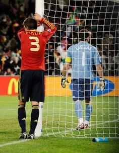 Iker Casillas y Gerard Pique lamentan un gol de Estados Unidos en la semifinal de la Copa Confederaciones