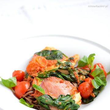 Kurczak z sosem z pesto i makaronem gryczanym soba - Czytaj więcej »