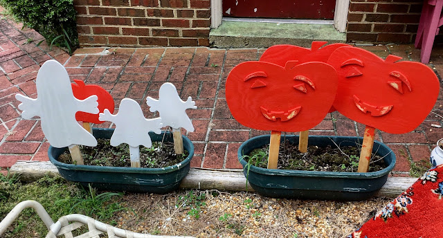 Handmade painted wood cut out yard art for Halloween via foobella.blogspot.com