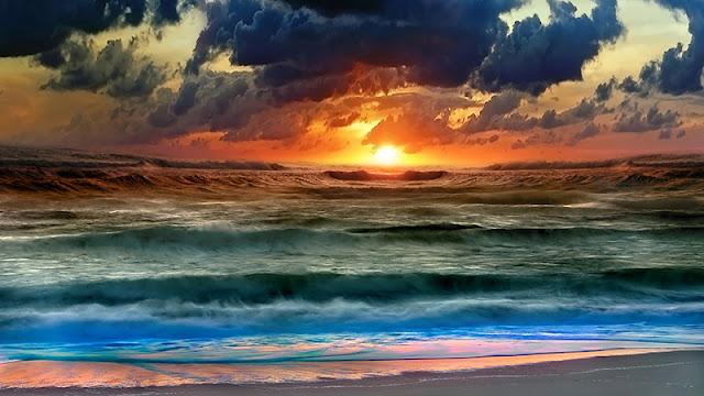 صور الطبيعة بسماء ملبدة بالغيوم على شاطئ البحر