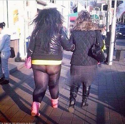 Junge fette Frau mit zu enger Leggings