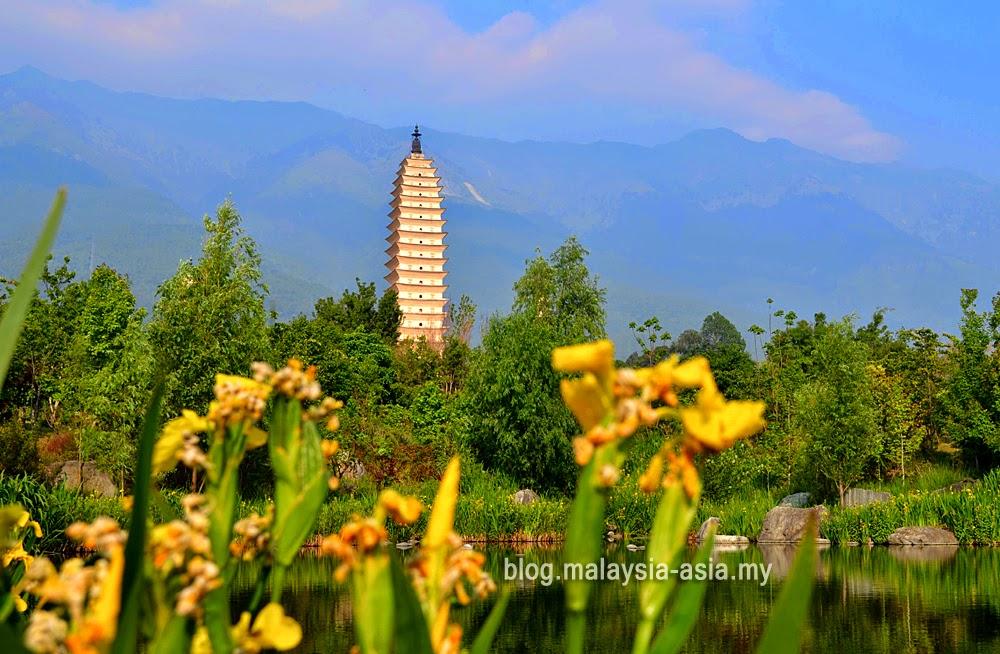 Lake at the 3 Pagodas in Dali