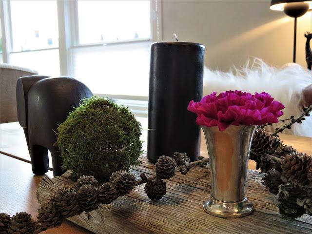 Adventslys - et arrangement med sorte lys. Adventsarrangement med mosekule. Furulunden