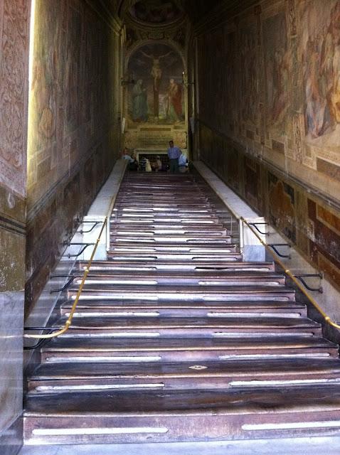 Τα σκαλοπάτια της Αγίας Σκάλας της Ρώμης.