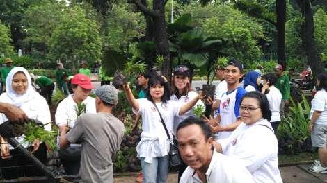 Relawan Ahok-Djarot Perbaiki Taman yang Rusak Akibat Demo FPI