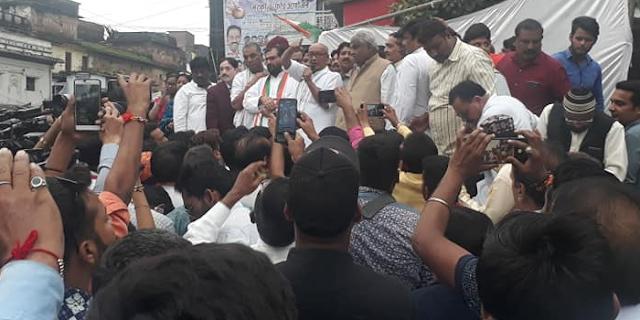 दिग्विजय सिंह BHOPAL की सड़कों पर उतरे, पेट्रोल/डीजल मूल्यवृद्धि के खिलाफ बंद को समर्थन मांगा | MP NEWS