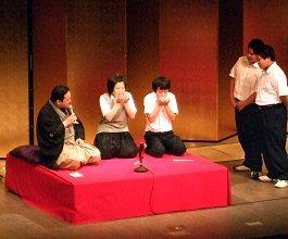 生徒たちが笑顔で参加。笑って学べる落語体験コーナーです。